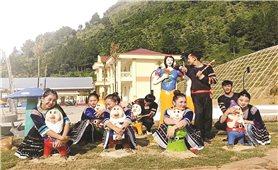 Học sinh, sinh viên mặc trang phục dân tộc chụp ảnh kỷ yếu: Tín hiệu vui từ giới trẻ