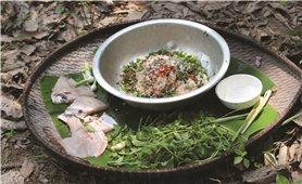 Món cá gỏi kiến vàng của người Rơ Măm