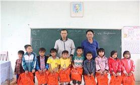 Hỗ trợ cho học sinh vùng lũ Quảng Trị