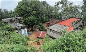 """Dân phải sống """"treo"""" bên mép núi Gành (Bình Định): Chưa thể bố trí kinh phí tái định cư"""