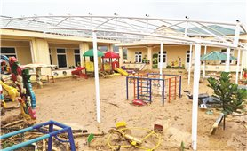 Quảng Trị: Nỗ lực dọn dẹp bùn đất sau lũ đón học sinh trở lại trường
