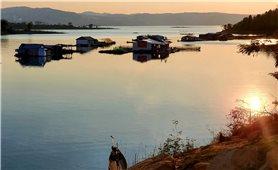 Làng chài trên lòng hồ Nam Ka