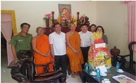 Các địa phương, đơn vị tặng quà Tết Chôl Chnăm Thmây cho sư sãi, cán bộ viên chức, đồng bào Khmer