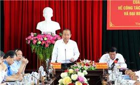 Phó Thủ tướng Thường trực Chính phủ Trương Hòa Bình kiểm tra công tác bầu cử tại tỉnh Vĩnh Long
