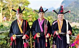 Trang phục thầy cúng của người Dao tiền