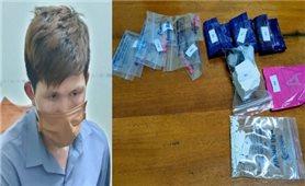 Đang giao dịch gần 1000 viên ma túy thì bị bắt
