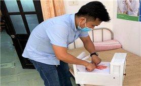 Chế tạo máy rửa tay khử khuẩn tự động để tặng chốt phòng dịch