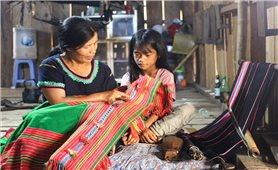 Người làm hồi sinh nghề dệt thổ cẩm ở Măng Ri