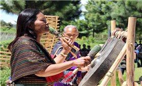 Người đàn bà đi cấy lúa đổi công để học kỹ thuật thẩm âm chiêng