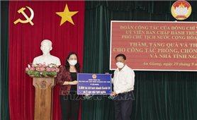 Phó Chủ tịch nước trao quà hỗ trợ công tác phòng, chống dịch COVID-19 tại An Giang