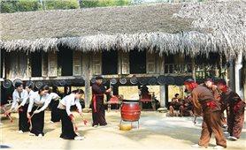 Phát triển du lịch gắn bó với bảo tồn và phát huy văn hóa truyền thống dân tộc Dao, Mường