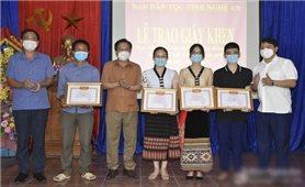 Ban Dân tộc tỉnh Nghệ An trao thưởng cho học sinh DTTS đạt điểm cao trong kỳ thi THPT Quốc gia