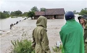 Đắk Lắk: Mưa lớn kéo dài khiến nhiều nhà bị ngập sâu, 14 người mắc kẹt ở rẫy