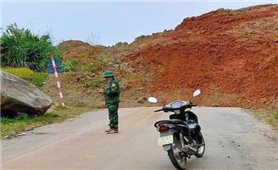 Thanh Hóa: Quốc lộ 15C lên huyện vùng cao Mường Lát tắc do sạt lở núi
