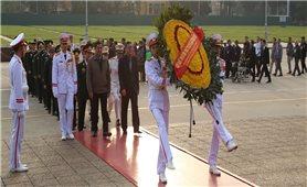 Người có uy tín, nhân sỹ trí thức và doanh nhân tiêu biểu dân tộc thiểu số vào Lăng viếng Chủ tịch Hồ Chí Minh và dâng hương tại Đền Hùng