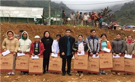 Uỷ ban Dân tộc: Thăm, tặng quà cho Người có uy tín, hộ nghèo huyện Đà Bắc (Hoà Bình)