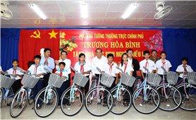 Phó Thủ tướng Trương Hòa Bình tặng quà học sinh nghèo hiếu học
