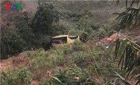Xe khách lao xuống vực ở đèo Lò Xo, tài xế tử vong, 19 người bị thương
