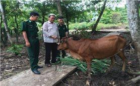 Người lính biên phòng với người dân Cù Lao Dung