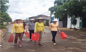Phụ nữ Quảng Phú đi chợ bằng giỏ nhựa