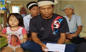 Uỷ ban Dân tộc thăm hỏi các gia đình bị thiệt hại do mưa lũ tại huyện Lang Chánh (Thanh Hóa)
