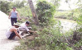 Người dân ven sông Nhùng đối mặt với nguy cơ sạt lở