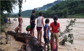 Quan Sơn (Thanh Hóa): Người dân bất chấp tính mạng, liều mình vớt củi giữa dòng nước lũ