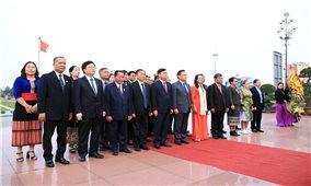 Đoàn Đại biểu cấp cao Ủy ban Trung ương Mặt trận Lào xây dựng đất nước: Dâng hương tại Tượng đài Bác Hồ