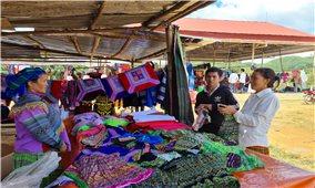 Chợ phiên ở Đăk R'măng: Lưu giữ bản sắc văn hóa đồng bào Tây Bắc