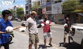 Người nước ngoài hỗ trợ dân nghèo tại Đà Nẵng chống dịch Covid-19