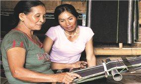 Gìn giữ nghề dệt thổ cẩm qua nhiều thế hệ