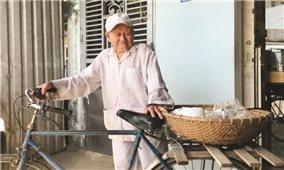 Cụ ông 90 tuổi miệt mài kiếm tiền làm từ thiện