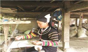 Người giữ nghề dệt thổ cẩm ở xóm Khuổi Khon