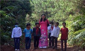 Lội suối, bằng rừng đón học sinh đi khai giảng