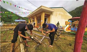 Xã hội hóa giáo dục: Phụ huynh mang tre, nứa đến tu sửa trường