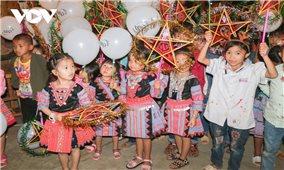 Trung thu sẻ chia với các em bé bản Chiềng Đi, Sơn La