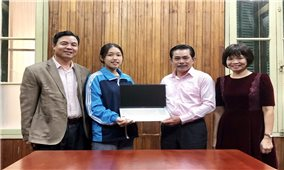 Trao tặng máy tính xách tay cho sinh viên Tao Thị Ón