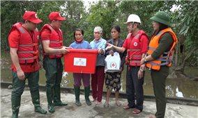 Hội Chữ thập đỏ Việt Nam trợ giúp người dân miền Trung sau thiên tai