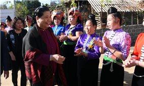 Phó Chủ tịch Thường trực Quốc hội thăm và tặng áo ấm các em học sinh tại bản Phứa Cón, Sơn La