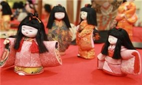 Tặng quà khách tham quan tại Triển lãm búp bê Nhật Bản