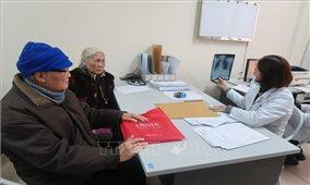Bác sĩ hướng dẫn chăm sóc người già tránh đổ bệnh trong ngày lạnh