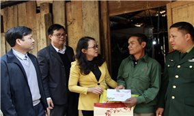 Thứ trưởng, Phó Chủ nhiệm UBDT Hoàng Thị Hạnh thăm, chúc Tết tại huyện Mường Lát, tỉnh Thanh Hóa