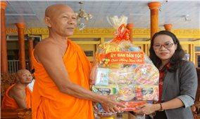 Thứ trưởng, Phó Chủ nhiệm Hoàng Thị Hạnh thăm và chúc Tết tại tỉnh Kiên Giang
