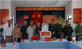 Thứ trưởng, Phó Chủ nhiệm Hoàng Thị Hạnh thăm và chúc Tết tại tỉnh Cà Mau