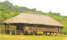 Biểu tượng sừng trâu trên nóc nhà làng của người Tà Riềng