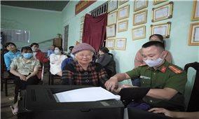 Cụ bà 80 tuổi vẫn hăng hái đi làm căn cước công dân