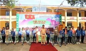 Nhiều phần quà được trao cho học sinh DTTS huyện Đức Trọng