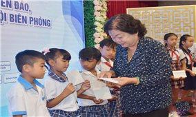 Trao học bổng cho học sinh DTTS và con em chiến sĩ Biên phòng các tỉnh Sóc Trăng, Bạc Liêu