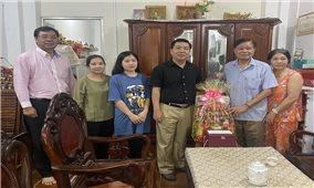 Thứ trưởng, Phó Chủ nhiệm Lê Sơn Hải thăm và tặng quà các đồng chí nguyên lãnh đạo Ủy ban Dân tộc