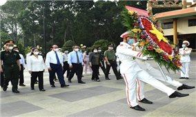 Chủ tịch nước Nguyễn Xuân Phúc viếng Đền tưởng niệm Liệt sĩ Bến Dược tại huyện Củ Chi - TP.HCM